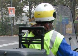 Una portalettere di Poste Italiane sullo scooter